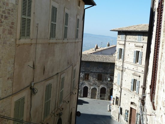 Hotel San Rufino : Looking down the street from the bedroom over the distant hills