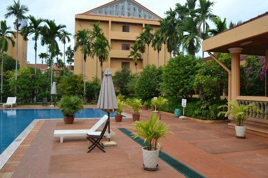 Angkor Hotel: Пляж на территории отеля, все есть чтобы немного отдохнуть
