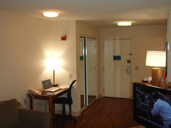 Extended Stay America - Philadelphia - Airport - Bartram Ave.: Writing Deskと入口