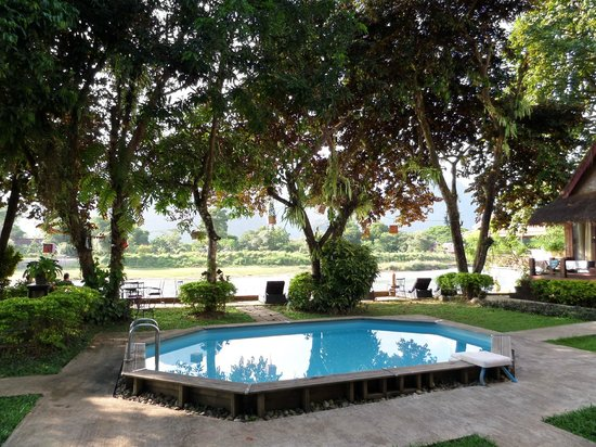 Ban Sabai Riverside Bungalow: pool right by river