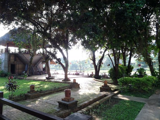 Ban Sabai Riverside Bungalow: restaurant- view from our porch