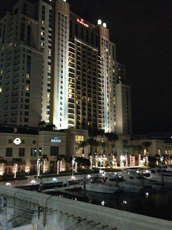 Tampa Marriott Waterside Hotel & Marina: Night view from the bridge to Harbor Island