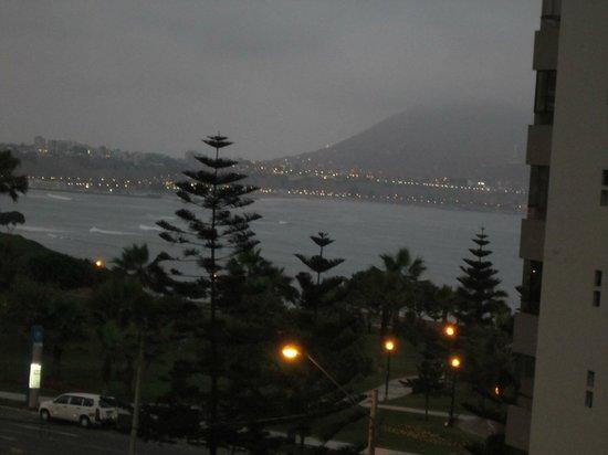 Hostal Residencial El Faro Inn: Night view from upstairs lounge