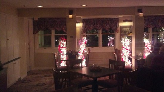 Meadowmere Resort: In the pub. Intimate, cozy and beautiful!
