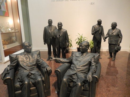 Richard Nixon Presidential Library and Museum : statues