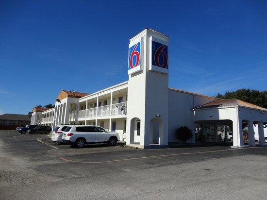 Motel 6 Round Rock: Building
