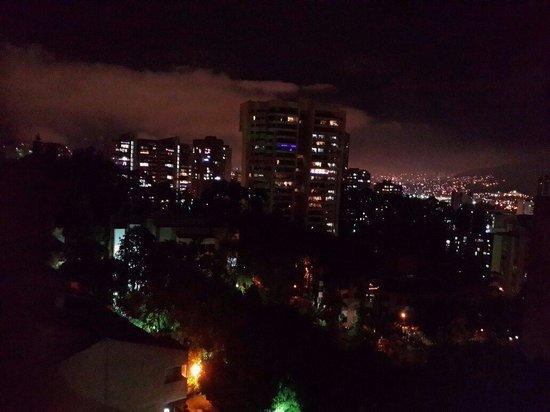 Hotel Poblado Alejandria: Excelente vista en las noches desde las ventanas