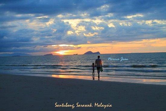 Damai Beach Resort : Evening walk at the beach (husband and child)