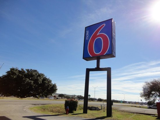 Motel 6 Round Rock: Front Sign