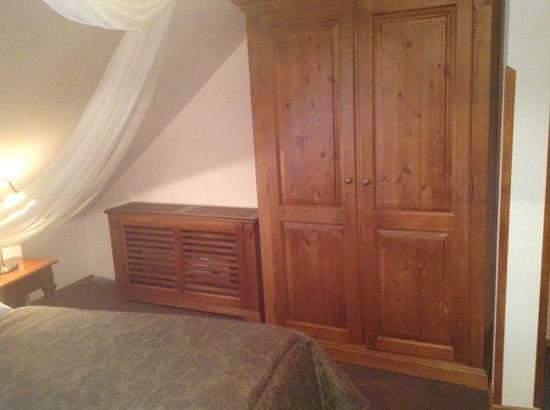 Hotel Residence Agnes: radiator and large wardrobe.