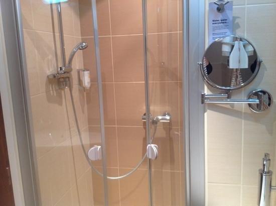 Hotel Residence Agnes: good sized shower.
