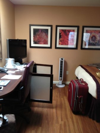 Mariposa Inn and Suites: quarto com frigobar aberto