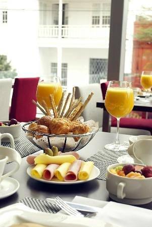 Sol de Oro Hotel & Suites: Breakfast table