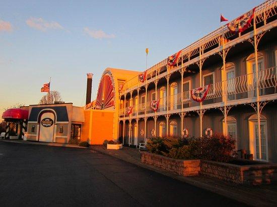 Fulton Steamboat Inn : exterior steam ship facade