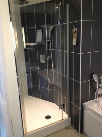 Novotel Suites Paris Issy les Moulineaux: shower