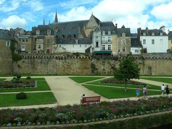Jardin des Remparts: Vannes: Francia: di fronte la cinta