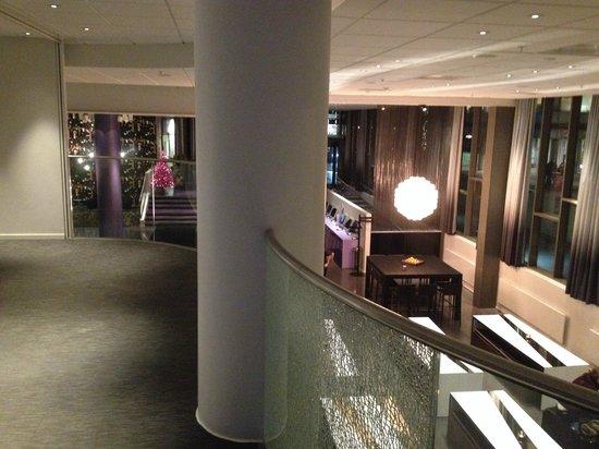 Comfort Hotel Union Brygge : Mot lobbyen med restaurant fra messaninen