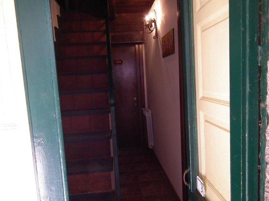Albergo Diffuso Santa Caterina: Questo è il corridoio che porta alle stanze del piano di sotto e la scala che porta al piano d s