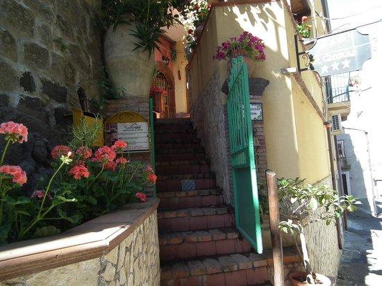Albergo Diffuso Santa Caterina: portoncino d'entrata e prima rampa di scale