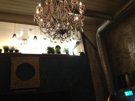 Den Femte Smak: Kokkene jobber i et åpent kjøkkenloft over restauranten