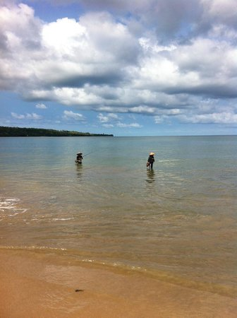 Keraton Jimbaran Beach Resort: Plajda serpme ağ atan balıkçılar