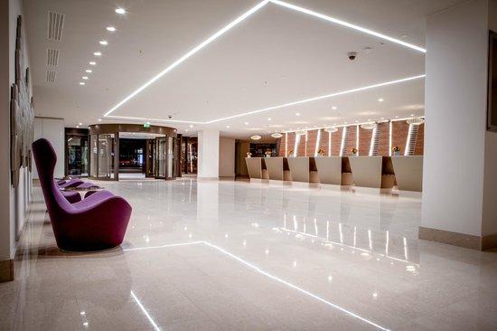 Hilton London Metropole: Reception from EDG Bar & Lounge