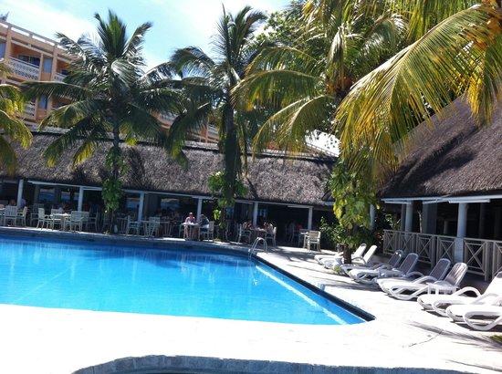 Merville Beach Hotel: la piscine