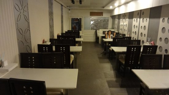 Hotel Central Residency: Clean dining room in the basement