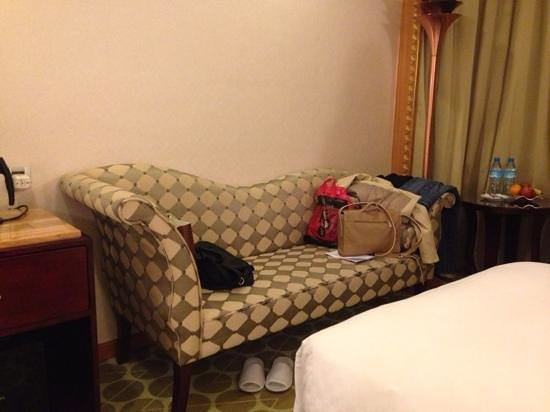 Royal Palace Hotel: Extra sofa/space in room