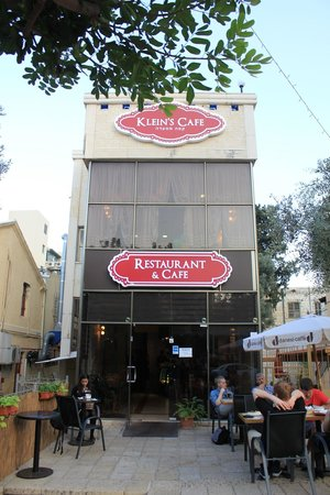 Klein's Cafe: Street view of the cafe on Ben Gurion Ave