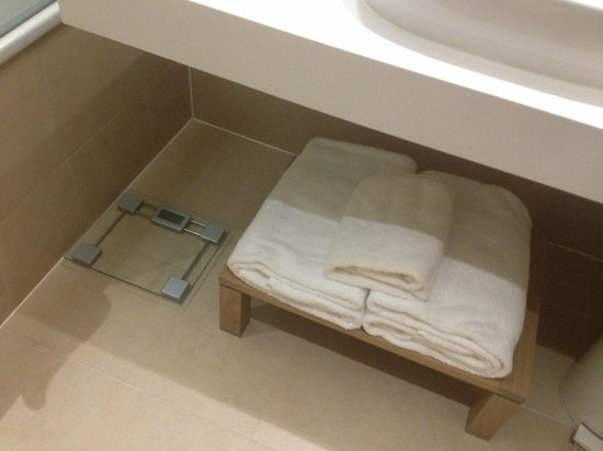 De Vere Orchard Hotel: towels placed under sink with weigh scales