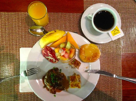 "Kuredu Island Resort & Spa : Petit-déjeuner buffet au restaurant ""Bonthi"", excellent et copieux"