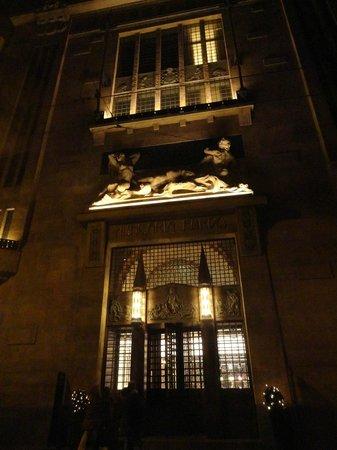 Continental Hotel Budapest: la facciata di notte