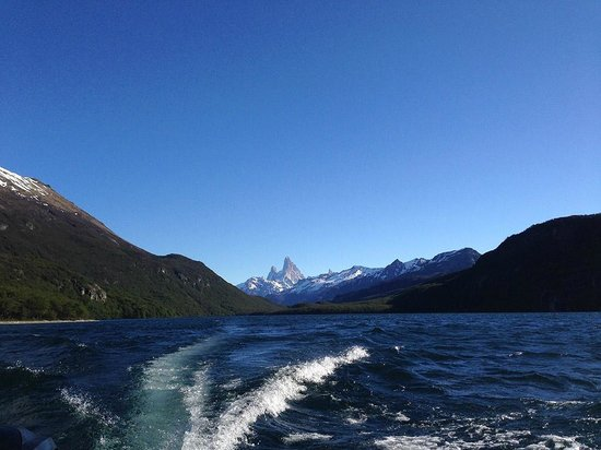 Aguas Arriba Lodge: The view of the Fitz Roy from the boat