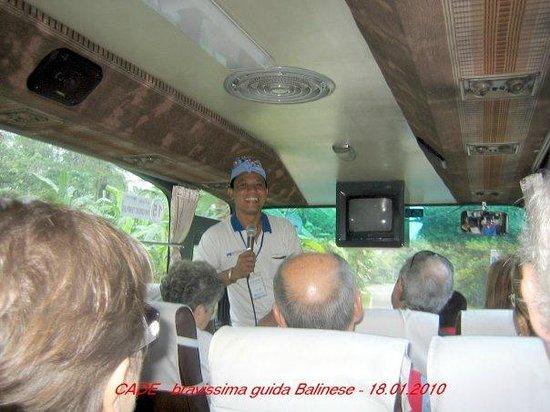 Bali Fantastic Tour: il migliore guida italiana Kade Yasa sta spiegando ai clienti