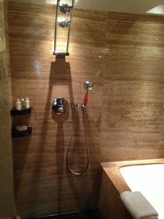 Mandarin Oriental, Hong Kong : Bathroom with Separate Shower and Tub