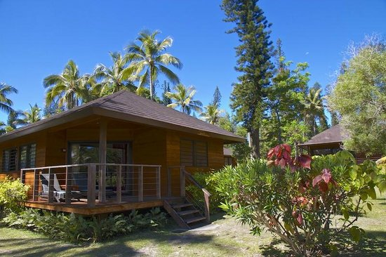 Oure Tera Beach Resort : Esterno bungalow nel giardino tropicale