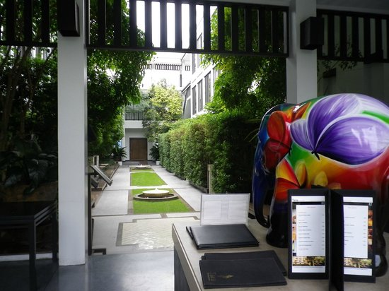 Aruntara Riverside Boutique Hotel : jardin intérieur