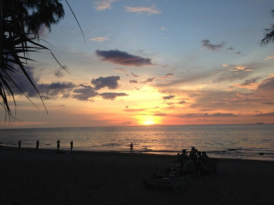 Lanta Castaway Beach Resort: My Last Sunset from the bar