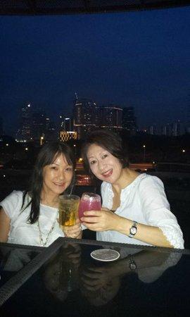 Halo Rooftop Lounge: cheers ! カクテルで乾杯!