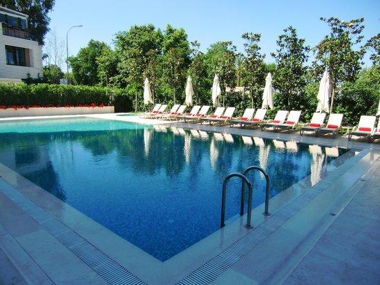 Wyndham Grand Istanbul Kalamis Marina Hotel: Aussenpool