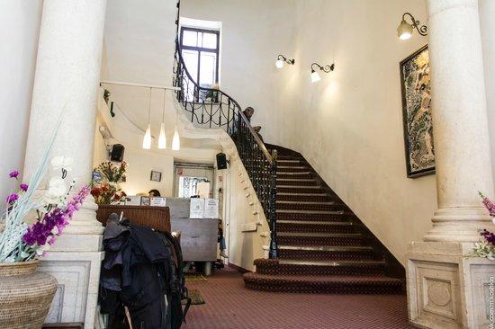 The Jerusalem Hostel: Холл первого этажа
