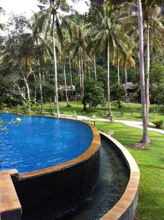 Ban Sainai Resort: piscine à débordement