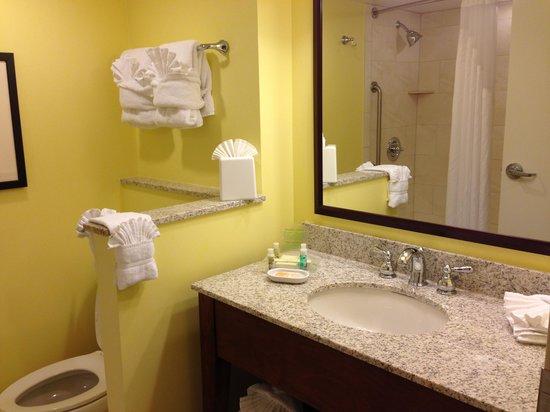 Holiday Inn Orlando – Disney Springs Area: Corner area of bath