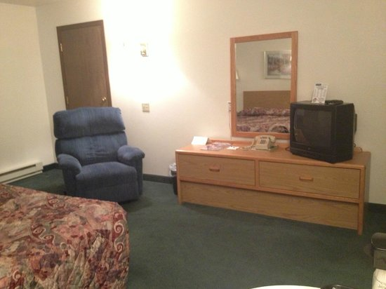 Travelodge Deer Lodge Montana: Handicap accessible queen room with recliner