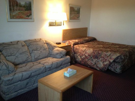 Travelodge Deer Lodge Montana : 2 Queen suite with couch