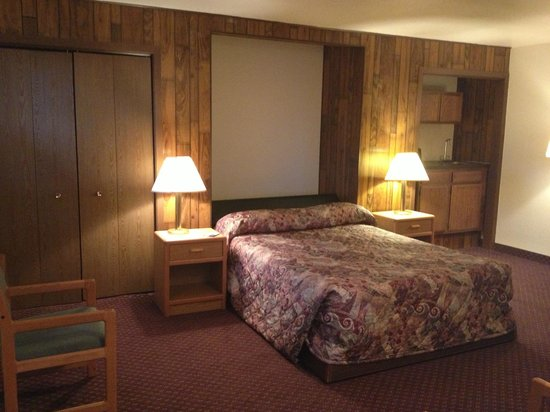 Travelodge Deer Lodge Montana: 2 Queen suite with couch separate room
