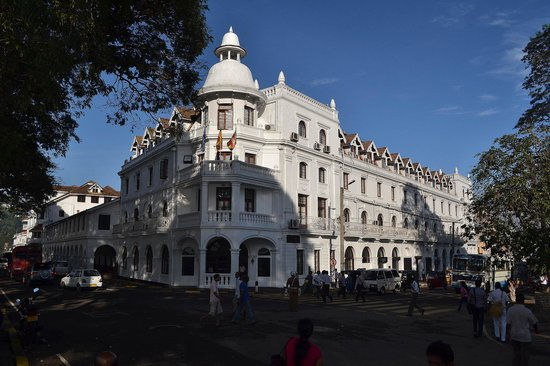 Queens Hotel Kandy: Hotel - front view