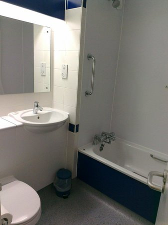 Travelodge Edinburgh Central : Bathroom