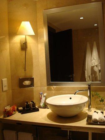 Crowne Plaza Porto : Cuarto de baño con un lavabo no apto para bajitos/as